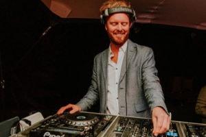 DJ Luxor beurs stand DJ