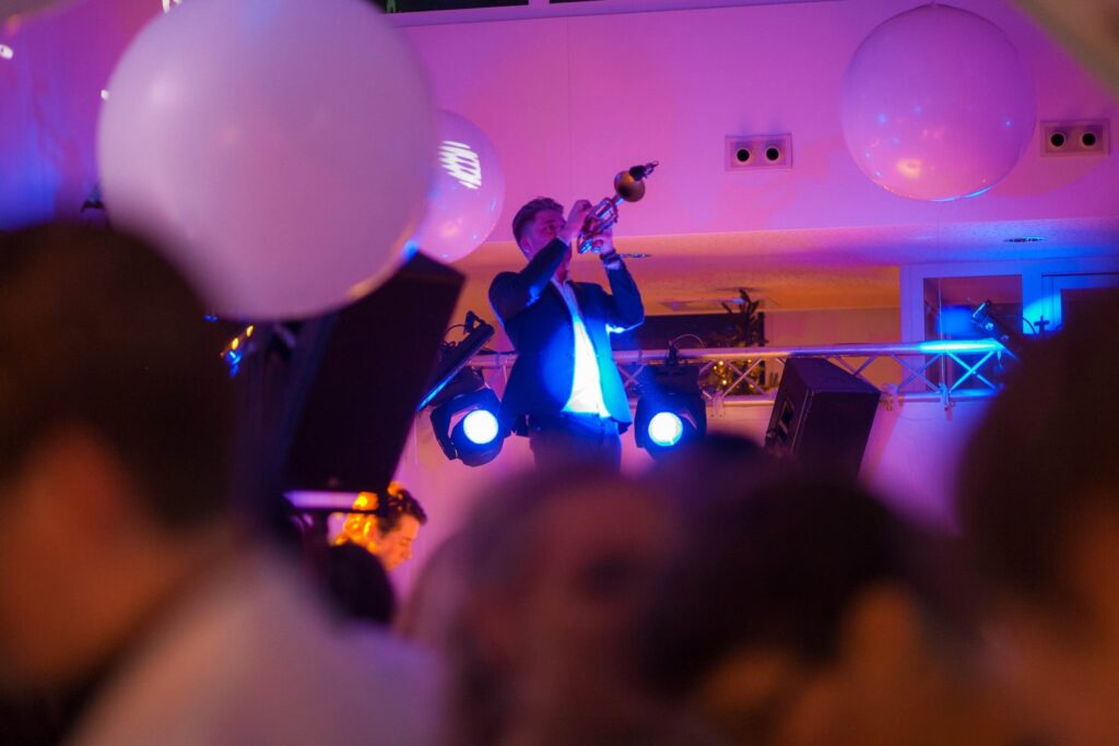 B-BE Artiestenbureau DJ en trompet