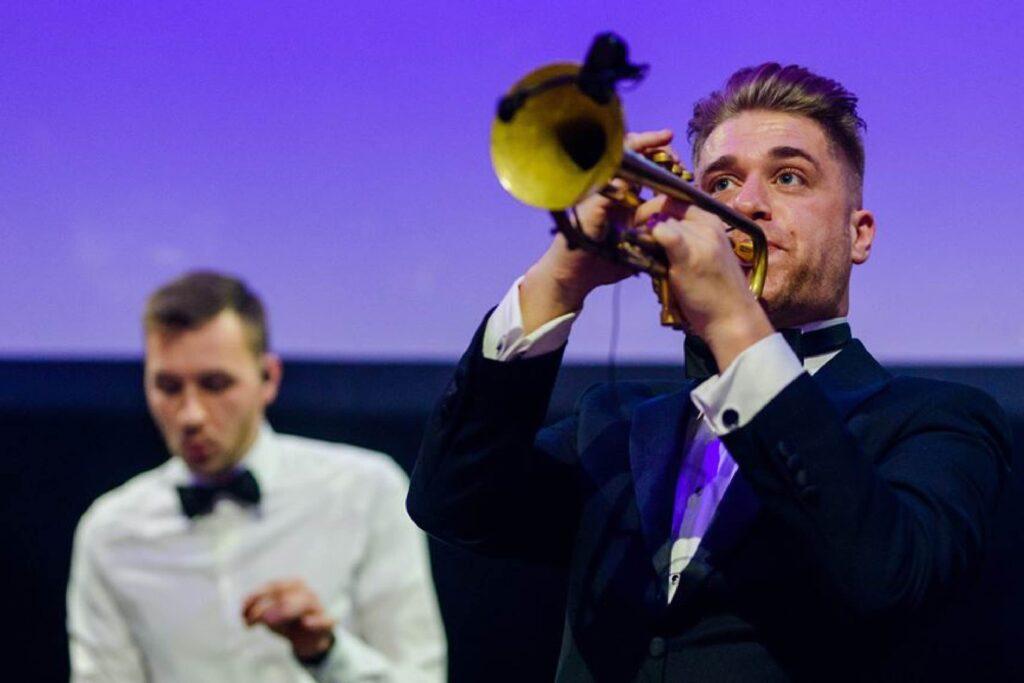 B-BE DJ en trompet Personeelsfeest
