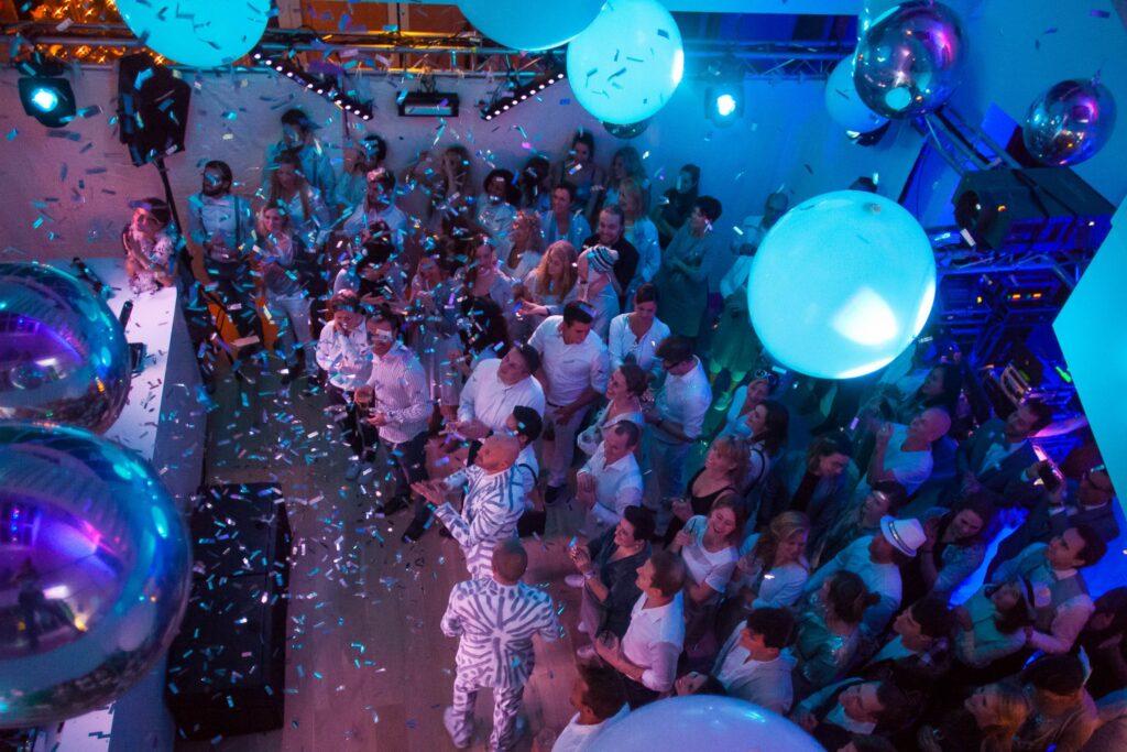 Publiek van een DJ Bedrijfsfeest